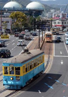 長崎市中心部を走る(手前から)151号、701号、1051号=長崎市のJR長崎駅前で2019年3月30日午後2時20分ごろ、小畑英介撮影