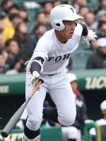 【東邦-広陵】一回表東邦2死一、二塁、吉納が右前適時打を放つ=阪神甲子園球場で2019年3月30日、玉城達郎撮影