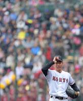 【東邦-広陵】三回表に本塁打を許し、帽子に手をやる広陵の先発・河野=阪神甲子園球場で2019年3月30日、平川義之撮影