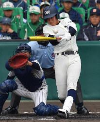 【明石商-大分】一回裏大分1死三塁、小手川が左翼線適時二塁打を放つ=阪神甲子園球場で2019年3月30日、山田尚弘撮影