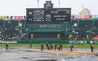 【智弁和歌山-啓新】雨のため試合が中断。整備されるグラウンド=阪神甲子園球場で2019年3月30日、幾島健太郎撮影