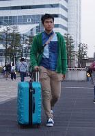 緑に包まれた島を離れ、藤谷さんは新生活への第一歩を踏み出した=東京都港区の竹芝客船ターミナルで27日