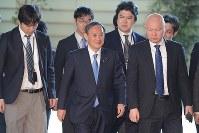 首相官邸に入り記者に囲まれる菅義偉官房長官=首相官邸で2019年4月1日午前8時34分、川田雅浩撮影