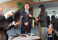 新元号決定を前に記者団の質問に答える安倍晋三首相=首相官邸で2019年4月1日午前9時5分、川田雅浩撮影
