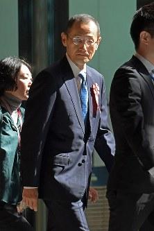 首相官邸に入る京都大の山中伸弥教授(中央)=東京都千代田区で2019年4月1日午前9時1分、渡部直樹撮影