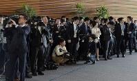 有識者による「元号に関する懇談会」の終了を待つ大勢の報道陣=首相官邸で2019年4月1日午前10時6分、川田雅浩撮影