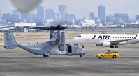 緊急着陸したオスプレイ=大阪空港で2019年4月1日午後2時40分、望月亮一撮影