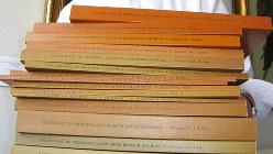 17冊に分けて作成された中世ラテン語辞書。最初の分冊「A・B」は1975年の出版だ=2015年1月29日、ロンドンの英国学士院で小倉孝保撮影