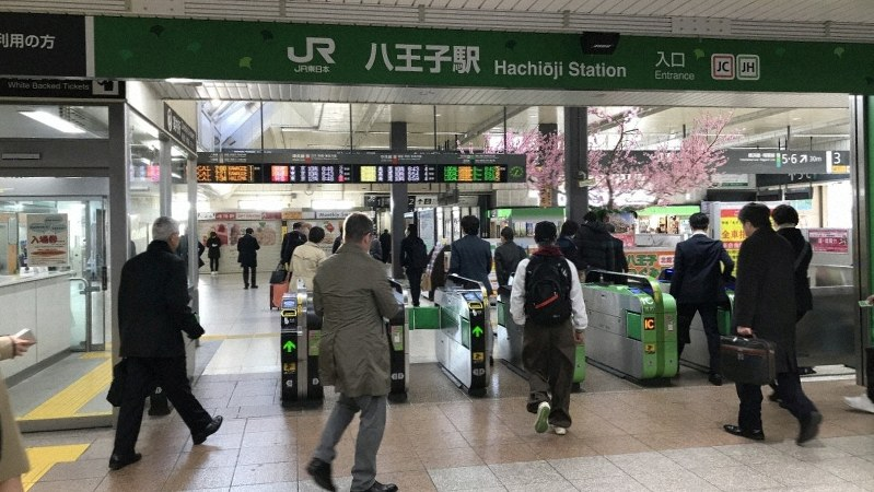 JR八王子駅=2019年4月2日午前6時35分撮影
