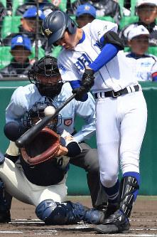 【習志野-明豊】一回裏明豊1死一、二塁、藪田が左越え2点二塁打を放つ=阪神甲子園球場で2019年4月2日、山田尚弘撮影