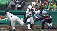 【明石商-東邦】七回裏東邦2死一、二塁、吉納が中越え3点本塁打を放つ(投手・中森、捕手・水上)=阪神甲子園球場で2019年4月2日、山田尚弘撮影