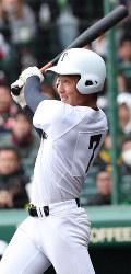 【明石商-東邦】七回裏東邦2死一、二塁、吉納が中越え3点本塁打を放つ=阪神甲子園球場で2019年4月2日、玉城達郎撮影