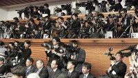 A large group of reporters gathers at the prime minister's office to hear Abe's comments on the new era name Reiwa on the afternoon of April 1, 2019. (Mainichi/Masahiro Kawata)