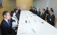 Kyoto University professor and Nobel Prize laureate Shinya Yamanaka, left, and others attend a meeting of an expert panel on the era name, at the prime minister's office in Tokyo on April 1, 2019. (Mainichi/Masahiro Kawata)