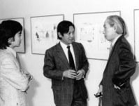1960年、南画廊での加納光於展にて。左から加納さん、大岡、瀧口修造=大岡家提供