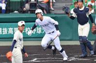 【習志野-東邦】一回裏東邦1死一塁、石川が中越え2点本塁打を放つ(投手・山内、捕手・兼子)=阪神甲子園球場で2019年4月3日、山田尚弘撮影