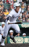 【習志野-東邦】一回裏東邦2死一塁、吉納が右翼線適時三塁打を放つ=阪神甲子園球場で2019年4月3日、幾島健太郎撮影