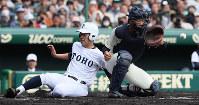 【習志野-東邦】一回裏東邦2死一塁、吉納の右翼線三塁打で長屋が生還(捕手・兼子)=阪神甲子園球場で2019年4月3日、幾島健太郎撮影