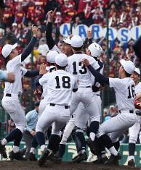 【習志野-東邦】優勝を決め喜び合う東邦の選手たち=阪神甲子園球場で2019年4月3日、玉城達郎撮影