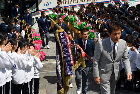 優勝旗を掲げ学校に到着した東邦の選手たち=名古屋市名東区で2019年4月4日午後0時15分、大西岳彦撮影
