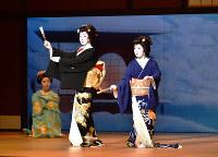 第7景「祇園茶屋雪景色」より、まめ鶴(中央)、孝鶴(右)=京都市東山区の南座で、澤木政輝撮影