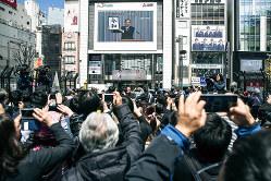 新元号への関心は高く、東京・新宿の大型スクリーン前には黒山の人だかりができた(Bloomberg)