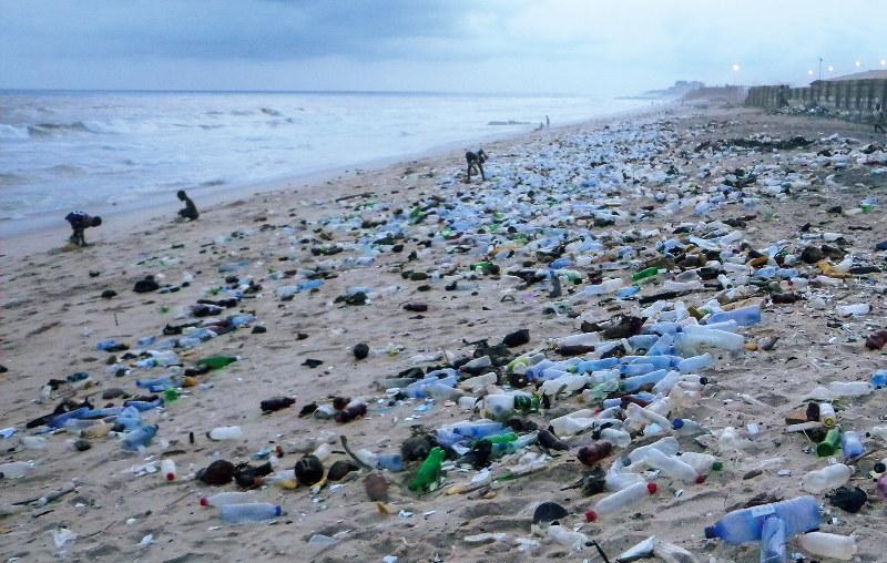 漂着したプラスチックごみ(ガーナの首都アクラの海岸で2017年11月、筆者撮影)
