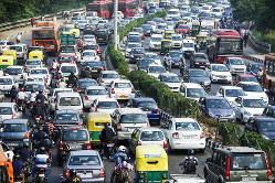 日々増える車が道路を埋める(Bloomberg)