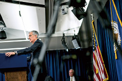 なぜ急に景気判断を弱めたのか。写真はパウエルFRB議長(Bloomberg)