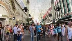歩行者でごった返す天蓋(てんがい)式アーケードは米国ではおそらく、このラスベガスのダウンタウンにしかない(写真は筆者撮影)