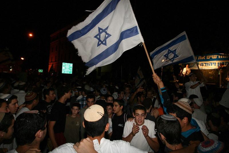 エルサレムの首相公邸前の集会で治安対策の強化を求めるユダヤ人入植者ら=2015年10月5日、大治朋子撮影