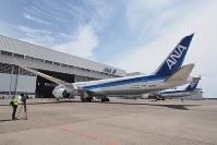 報道陣に公開されたANAのボーイング787-10=東京・羽田空港で2019年4月5日、米田堅持撮影