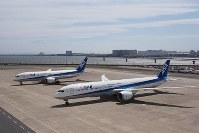 報道陣に公開されたANAのボーイング787-10(手前)。奥は787-8=東京・羽田空港で2019年4月5日、米田堅持撮影