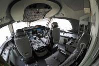 報道陣に公開されたANAのボーイング787-10のコックピット(魚眼レンズ使用)=東京・羽田空港で2019年4月5日、米田堅持撮影