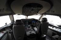 報道陣に公開されたANAのボーイング787-10のコックピット=東京・羽田空港で2019年4月5日、米田堅持撮影