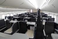 ANAのボーイング787-10のビジネスクラス=東京・羽田空港で2019年4月5日、米田堅持撮影
