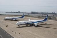 報道陣に公開されたANAのボーイング787-10(手前)。奥は787-8=東京・羽田空港で2019年4月5日、小城崇史氏撮影