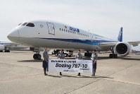 報道陣に公開されたANAのボーイング787-10を出迎えた客室乗務員=東京・羽田空港で2019年4月5日、小城崇史氏撮影