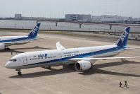 報道陣に公開されたANAのボーイング787-10=東京・羽田空港で2019年4月5日、小城崇史氏撮影