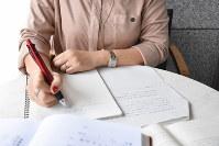 書類の翻訳作業をする女性=2019年3月29日撮影