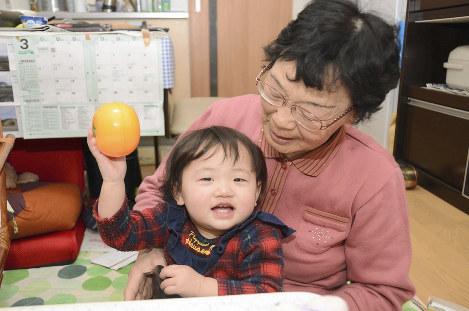災害公営住宅でくつろぐ村田京子さんとひ孫の奏音ちゃん=福島県南相馬市で、最上和喜撮影