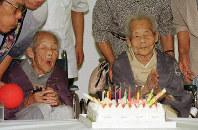 最後にそろって107歳の誕生日を迎えた成田きんさん(左)と蟹江ぎんさん=札幌市で1999年8月1日、石井諭撮影