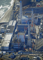 廃炉作業が進められている福島第1原発の(手前から)1~4号機=福島県大熊町で2019年2月14日午前10時20分、本社ヘリから手塚耕一郎撮影