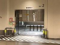 小型運搬車「ターレ」が挟まれた水産仲卸売場棟1階のエレベーター。すぐ横には事故防止のため「一時停止」を求める紙が以前から張られていた=東京都江東区の豊洲市場で2019年4月8日午後(東京都提供)