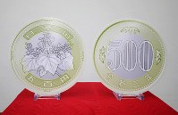 The design of the new 500 yen coin is shown at the Ministry of Finance in Tokyo's Chiyoda Ward on April 9, 2019. (Mainichi/Shinnosuke Kyan)