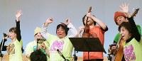 大阪市東成区の音楽祭で演奏し、観客席に笑顔で手を振る大阪チャチャチャバンド=平川義之撮影