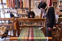 バンドで音楽活動をするとともに、障害を持つメンバ-は「さをり織り」の作品作りを手掛けている=大阪市東成区で、平川義之撮影