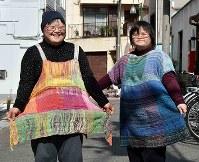 自ら織った「さをり織り」で作った洋服に笑顔を見せるバンドメンバーの堀佐知子さん(左)と杉本明子さん=大阪市東成区で、平川義之撮影