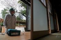 避難指示が一部解除された大熊町の大川原地区の志賀紀郎さん(79)は、避難先の田村市から約2週間ぶりに自宅を訪れた。年内には戻るつもりで準備を進めている。屋内の戸を交換し、畑の周りの草刈りなどをした。「やっぱり生まれ育ったこっちがいい。来年は先祖が植えた庭の桜が開花するのをここで見られるかな。帰ってきたら畑で野菜を植えたい」=福島県大熊町で2019年4月10日午後0時45分、和田大典撮影