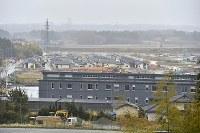 避難指示が解除された福島県大熊町の大川原地区。同町役場の新庁舎(手前)の奥に、災害公営住宅が建ち並ぶ=同町で2019年4月10日午後3時48分、渡部直樹撮影